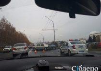 Автомобиль Nissan Bluebird двигался по Октябрьскому в направлении от Советского проспекта к Пионерскому бульвару
