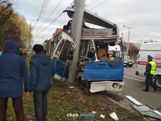 В Чебоксарах троллейбус врезался в столб: пострадали 19 человек