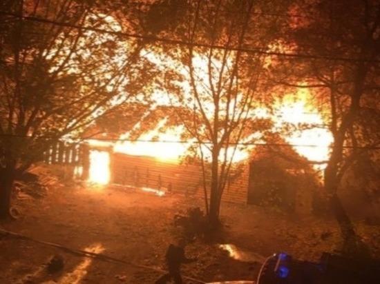 Пожар уничтожил жилой дом в Барнауле
