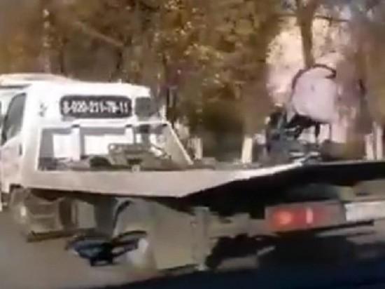 Воронежцы сняли на видео детскую коляску, которую увез эвакуатор