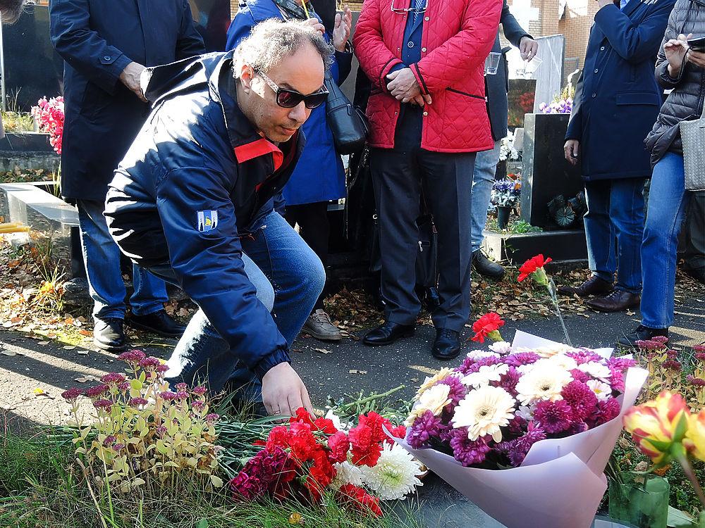 Коллеги почтили 25-ю годовщину гибели Дмитрия Холодова торжественной панихидой: фоторепортаж