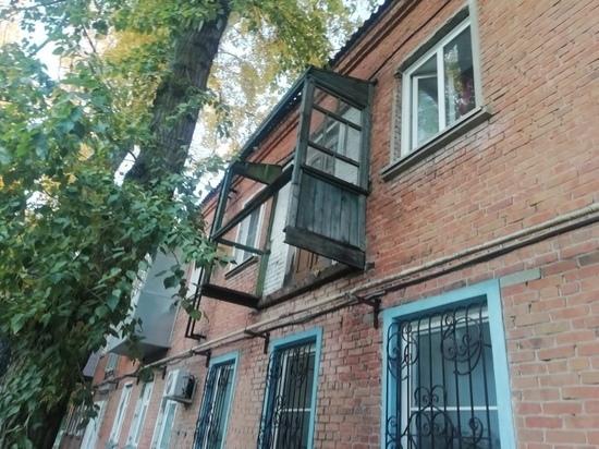 Жители Барнаула жалуются на балкон-призрак
