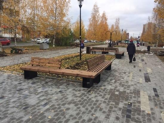 В скандинавском стиле: на Березовой аллее ставят интересные скамейки и цветочницы