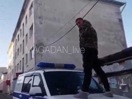 Хулиган с капота полицейской машины в Магадане заплатит штраф