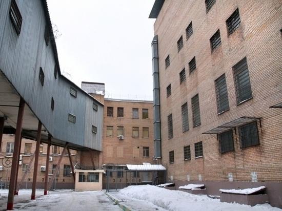 Тюремщики потребовали открыть камеру, где погиб топ-менеджер Роскосмоса