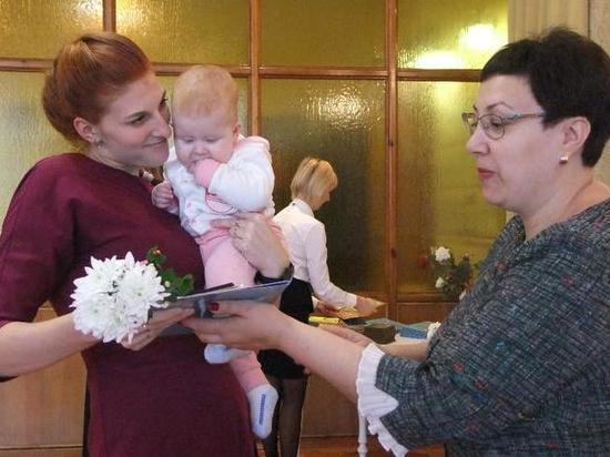 В Торопецком районе малышам вручили медали и подарочные наборы