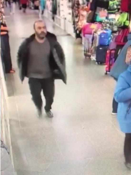 В Новосибирске полиция ищет магазинного грабителя