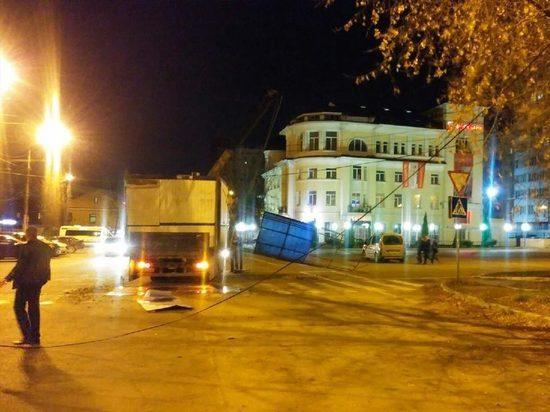 В Калуге грузовик с палаткой зацепился за электропровода