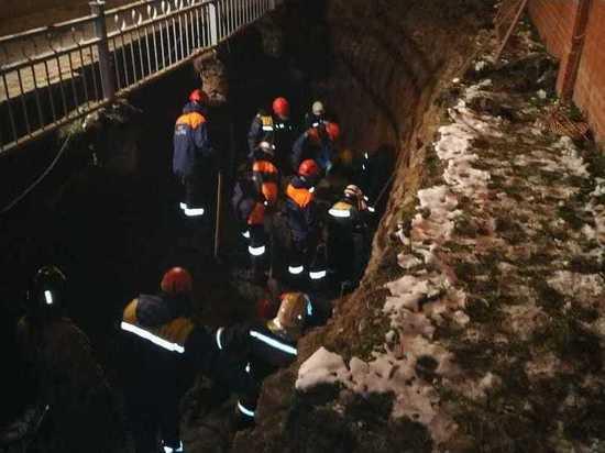 Двух рабочих придавило грунтом в Екатеринбурге