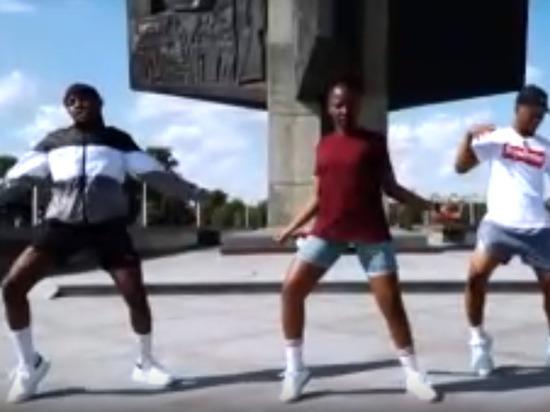 Танцующие у обелиска Победы в Твери африканцы вызвали бурное обсуждение в сети