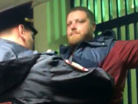 Подробности задержания участкового за взятку: грозил обвинениями в совращении
