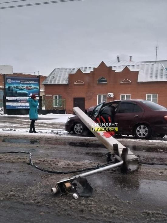 Водитель сломал опору ЛЭП в Рубцовске