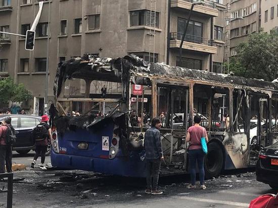 Погромы в Чили произошли из-за повышения стоимости проезда на метро