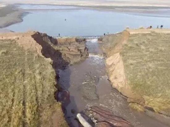 Шестерых человек ищут на юге Красноярского края после прорыва дамбы
