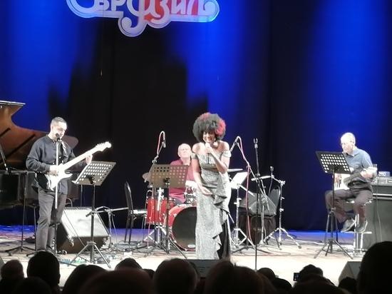 В Оренбурге выступила экс-бэк-вокалистка Уитни Хьюстон и Стинга Сай Смит