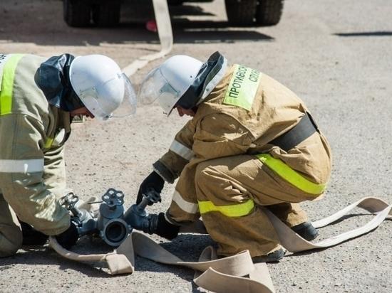 Два автомобиля загорелись днем в Волжском