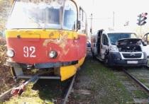 Иномарка врезалась в трамвай в Волжском, есть пострадавшая
