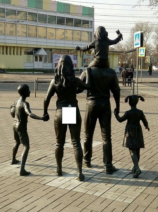 В Твери оскверненный памятник семье изучат специалисты