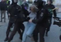 Девушка, которую полицейский ударил в живот, подала в суд на СКР