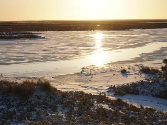 В ЯНАО мужчина провалился под лед на снегоходе и утонул