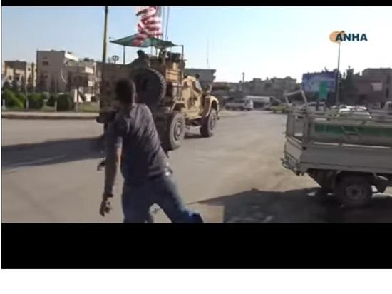Курды закидали уходящие из Сирии войска США картофелем и помидорами