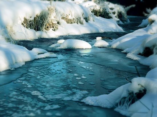 В МЧС рассказали жителям ЯНАО о правилах поведения на тонком льду