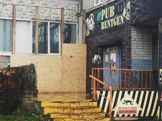 Жалуются на шум: владелец бара заколотил окна вологодской семьи