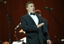 Лев Лещенко сорвал голос, подпевая басистам