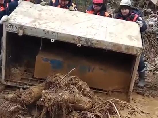 Появилось видео вскрытия сейфа, найденного на месте прорыва дамбы в Щетенкино