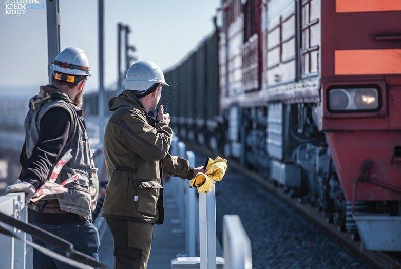 Прочность Крымского моста проверили тяжеловесными составами. ФОТО