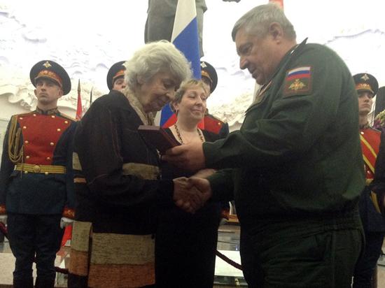 Сестре погибшего в годы Второй мировой Героя СССР вручили наградные документы