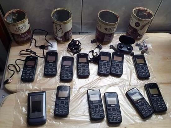 В Твери убийце передали телефоны в банках с тушенкой