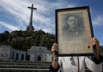 В Испании в четверг 24 октября останки бывшего диктатора Франсиско Франко были эксгумированы и перемещены на вертолете