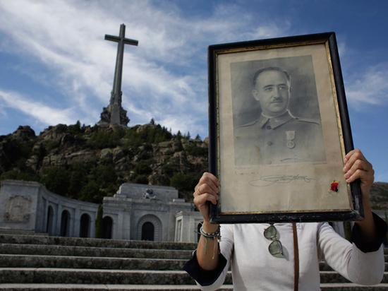 Родственники диктатора обвиняют правительство Испании в политической игре перед выборами