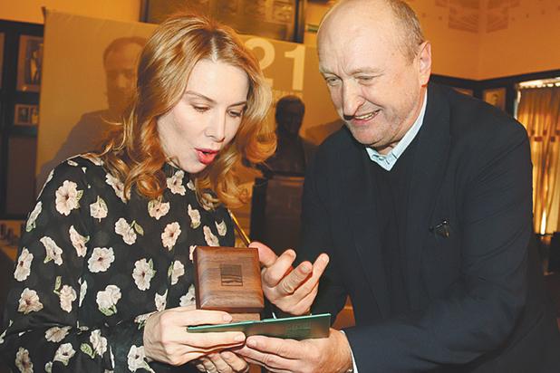 Сергей Женовач вручил памятные награды своим актерам