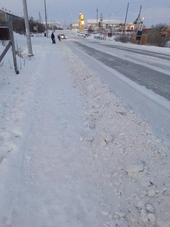 Пешеходы из Салехарда пожаловались на нечищеные тротуары