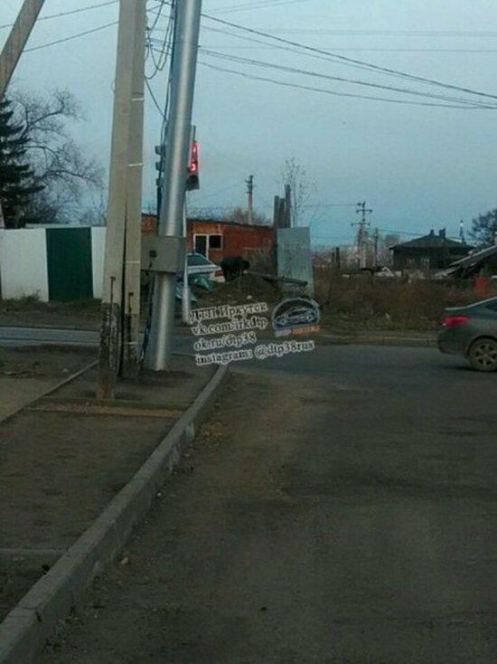 Mercedes врезался в забор в Иркутске