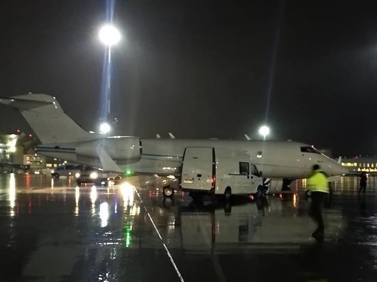 Микроавтобус техслужбы врезался в чартерный самолет в Пулково