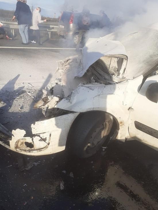 Подробности аварии на «Нарве»: Largus врезался в автобус, затормозивший у ДТП