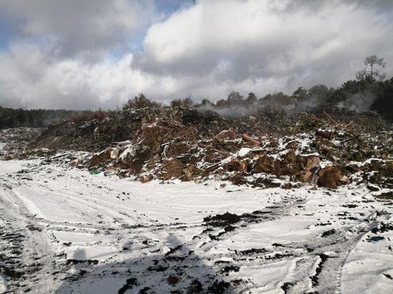 Неделю тушили пожар на свалке в Тулунском районе
