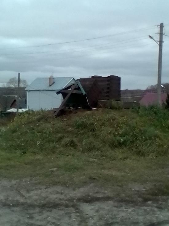 В Костроме ураганный ветер повалил поклонный крест