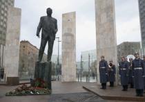 В памятнике Евгению Примакову расшифровали тайную символику