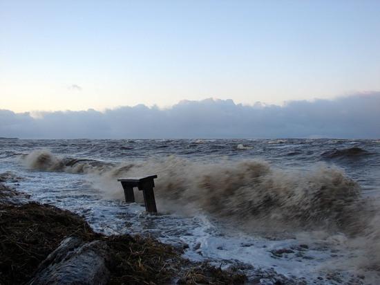 Сильный ветер с белого моря нагонит в двинское устье моряны