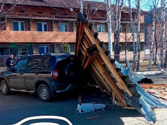 Штормовой ветер обрушил не одну конструкцию в Хакасии
