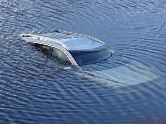 В Иркутске машина затонула, съехав в Ангару