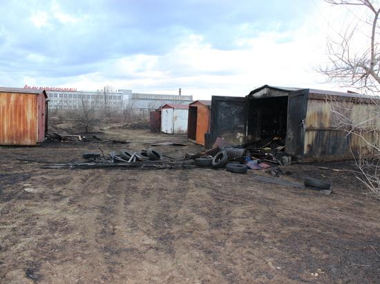 В Абакане из-за пала травы сгорело содержимое 14 гаражей