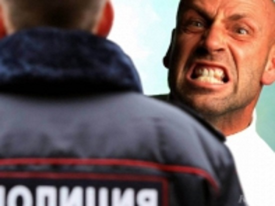 В Губкинском мужчина ударил полицейского по голове
