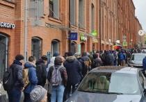 Сотни москвичей выстроились в очередь за гаджетом не от Apple