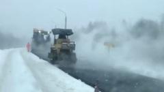В Костромской области асфальт укладывают прямо в снег