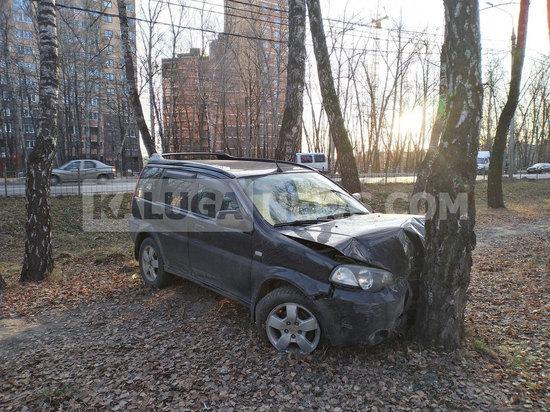 Внедорожник снес ограждение и вылетел в парк в Калуге